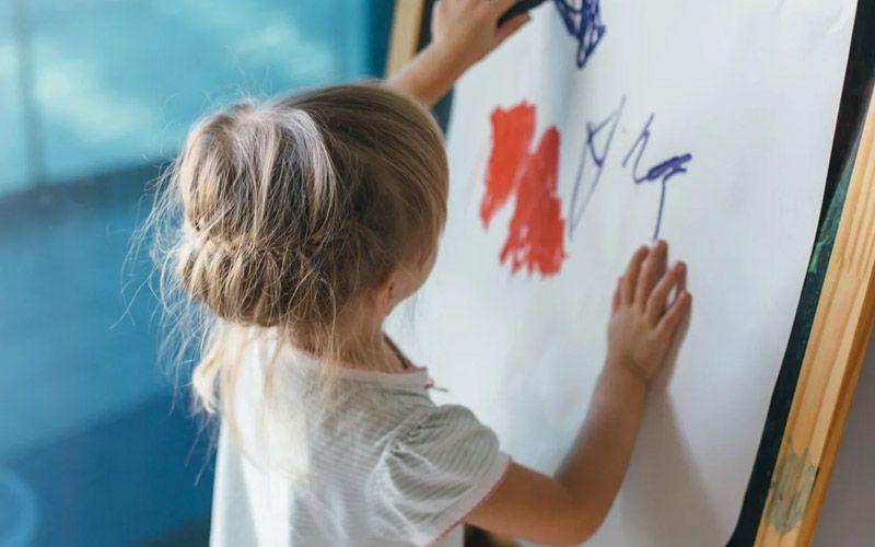 Ребенок порисовал обои